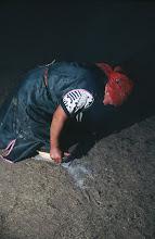 Photo: 03175 ブルド/ハスバータルイ家/ツァガン・トス(乳製品)作り/ウルムを弱火で煮ると、液体のシャル・トスと残りのツァガーン・トスができる。