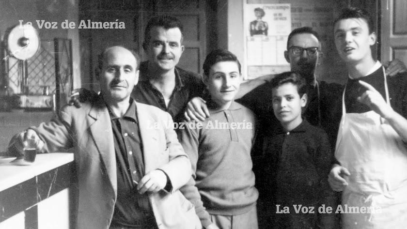 Juan García Cruz con su característico bigote y su peinado hacia atrás, cuando formaba parte de la plantilla del bar Casa Puga.