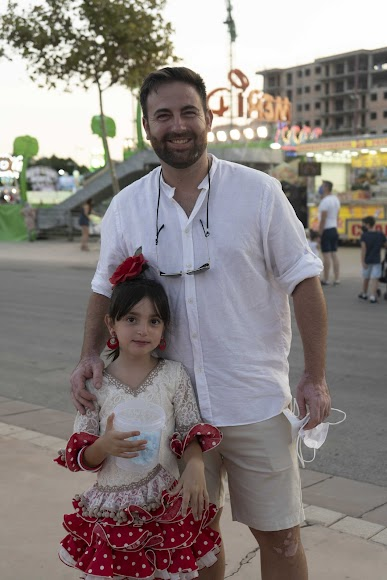 Fran y su hija Martina, de 6 años, esta última vestida de 'flamenca' para disfrutar del último día de 'cacharricos'