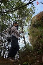 Photo: 山頂標示在山頂大石下方的小樹幹