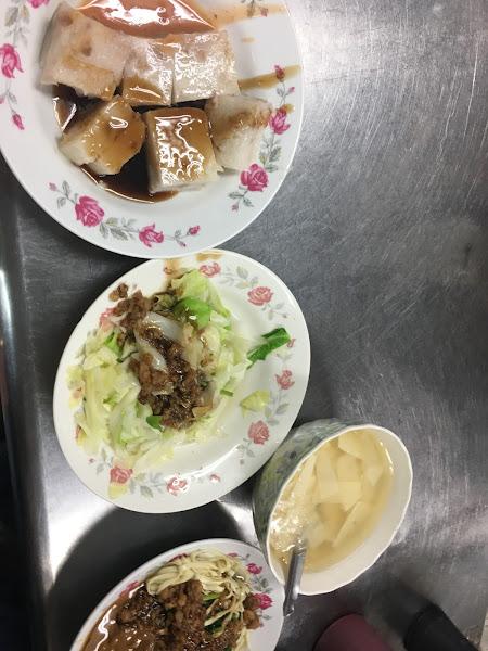 一次體驗三種醬料,湯,青菜份量多又平價,特愛芋頭糕