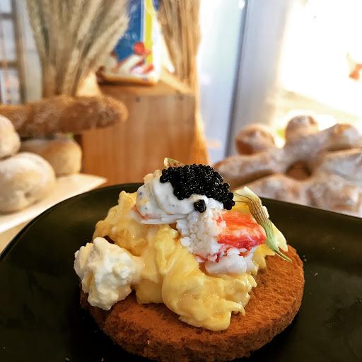 假日午間的餐點體驗很好,很喜歡這道帝王蟹配魚子醬蛋料理。另外蝦蟹新鮮(貝類生魚片還好),拿牌子去單點的煎干貝和牛排的品質都很好,所以價錢比其他家也就相對高了~
