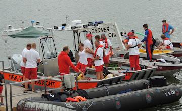 Photo: Zahlreiche Einsatzkräfte der Wasserwacht sorgten für die Sicherheit beim Schwimmen