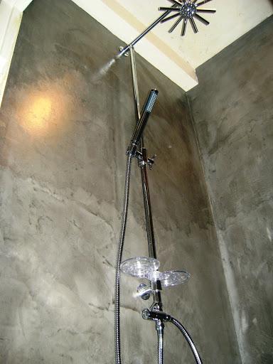 douche à l'italienne béton ciré facile d'entretien