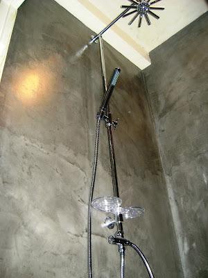 douche à l'italienne béton ciré très design facile d'entretien sans joint par Les Bétons de Clara applicateurs béton ciré pour salle de bain