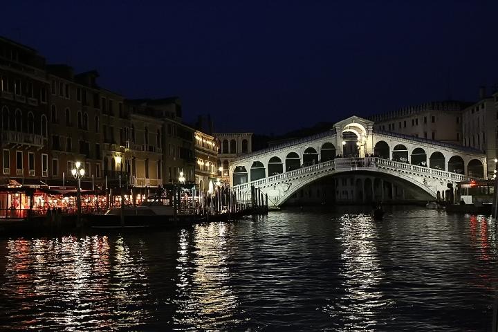 Ponte di Rialto by Night di Massimo Tiozzo