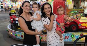María y Paqui llevaron a sus hijas, Blanca (16 meses) y Carmen (22 meses) por primera vez a la feria