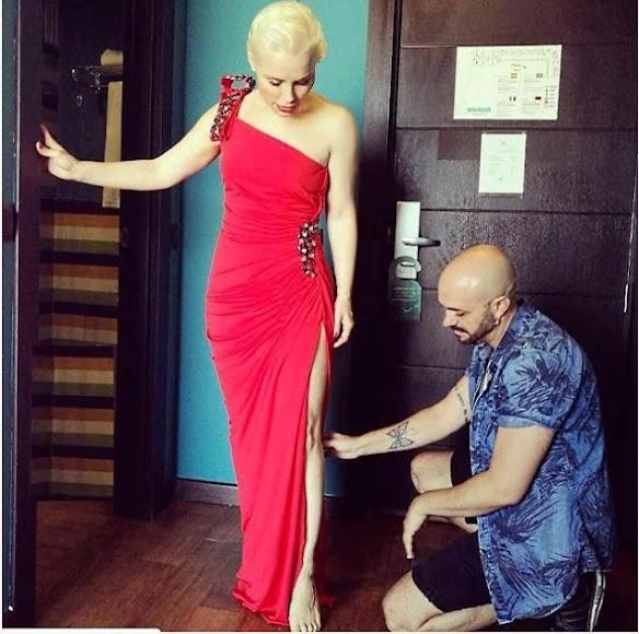 Prueba de vestuario de Soraya Arnelas junto con el diseñador almeriense Sergi Regal.