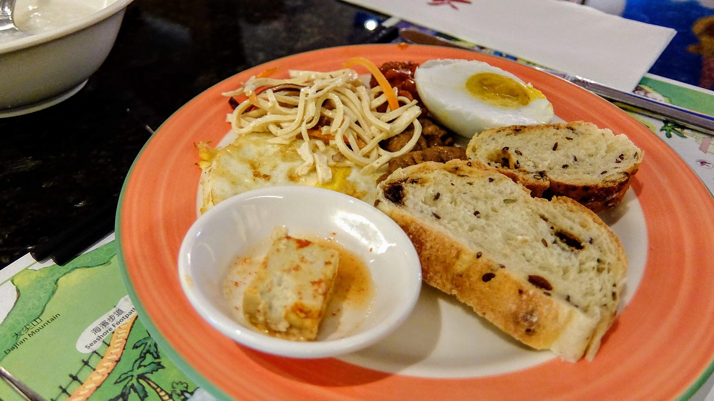 剛剛吃西式的,現在來點特別的...中式餐點XDD 雖然這些要搭粥來吃,但我是搭著麵包...XDD