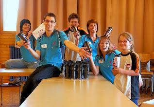 """Photo: Team """"Rechnungsbüro"""" mit dem ersten fertig produzierten Becher mit dem Inlay der Gruppe 3"""