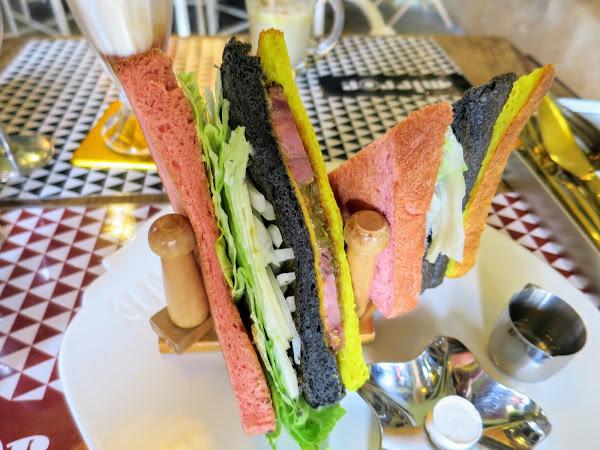 台中早午餐,Mirror Cafe競子咖啡,彩色手工三明治營養滿分,還有夢幻的愛麗絲仙境場景!(近台中草悟道)