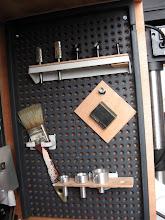 Photo: fraises à rogner, outils d'ébavurege, la plaque de protection du banc quand on scie un pièce en mandrin, différentes cages porte filières