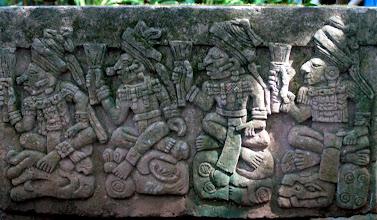 Photo: Samaisessa puistossa oli joitakin Maya-replikaatteja