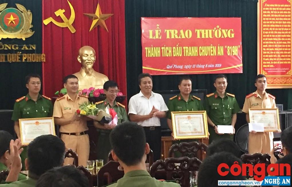 Đồng chí Lê Văn Giáp, Chủ tịch UBND huyện trao thưởng cho Ban chuyên án 819H