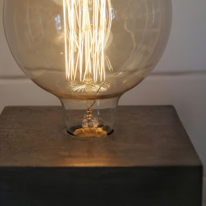 lampe béton gris en forme de cube forme design et industrielle style loft avec son ampoule à filaments