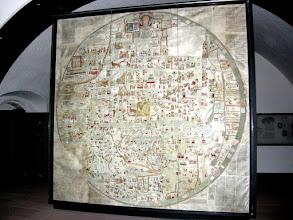 """Photo: Die Karte wurde um 1830 in einem """"feuchten Gemach"""", einer fensterlosen  Abstellkammer, zusammen mit Altardecken und Prozessionsgerät """"aus katholischer Zeit"""", im Benediktinerinnenkloster EBSTORF bei Lüneburg aufgefunden. Die Ebstorfer Weltkarte ist mit 3,6 m Durchmesser die größte Radkarte des Mittelalters. Sie dürfte wohl unter dem Einfluss von Gervasius von Tilbury (Probst in Ebstorf - erste Hälfte des 13. Jahrhunderts) zwischen 1250 und 1300 entstanden sein. Die Kommentare sind einer digitalen Bearbeitung der Ebstorfer Weltkarte entnommen ('Die Ebstorfer Weltkarte, ein Spiegel des Weltbildes' (Projekt der Universität Lüneburg als digitalisierte Übersicht mit Detailinformationen)."""