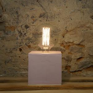 lampe béton ciré rose pastel design cube  par la créatrice junny objets déco en béton made in france