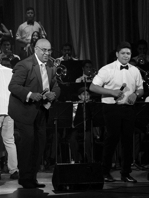 """La euforia se apoderó del teatro cuando el maestro Argenis Carruyo subió  al escenario para interpretar, con el joven Kristian González, la canción """"Caminito de Guarenas"""""""