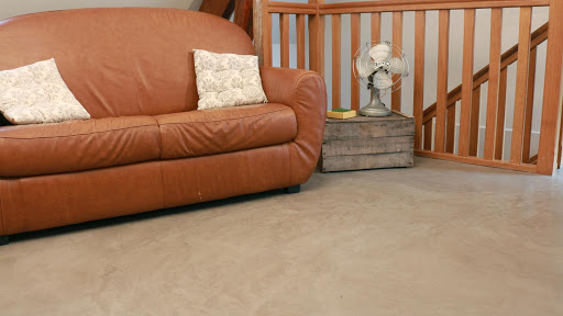 Salon ambiance rétro avec un sol enduit de béton ciré