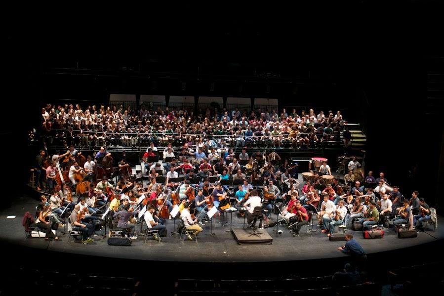 La Novena Sinfonía se interpretó con más de 300 personas en escena. Muchos de los coralistas agradecieron la oportunidad de trabajar por primera vez con un coro y una orquesta no sólo profesional, sino consagrada.