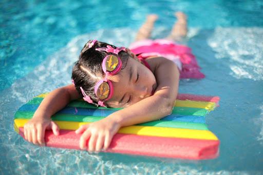 Cho trẻ đi bơi mùa nắng nóng, cha mẹ cần chú ý điều gì