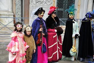 Photo: Venezia carnaval - parmi ces personnes déguisées, saurez-vous reconnaitre les intruses ? Un indice : ce sont des petites Françaises...