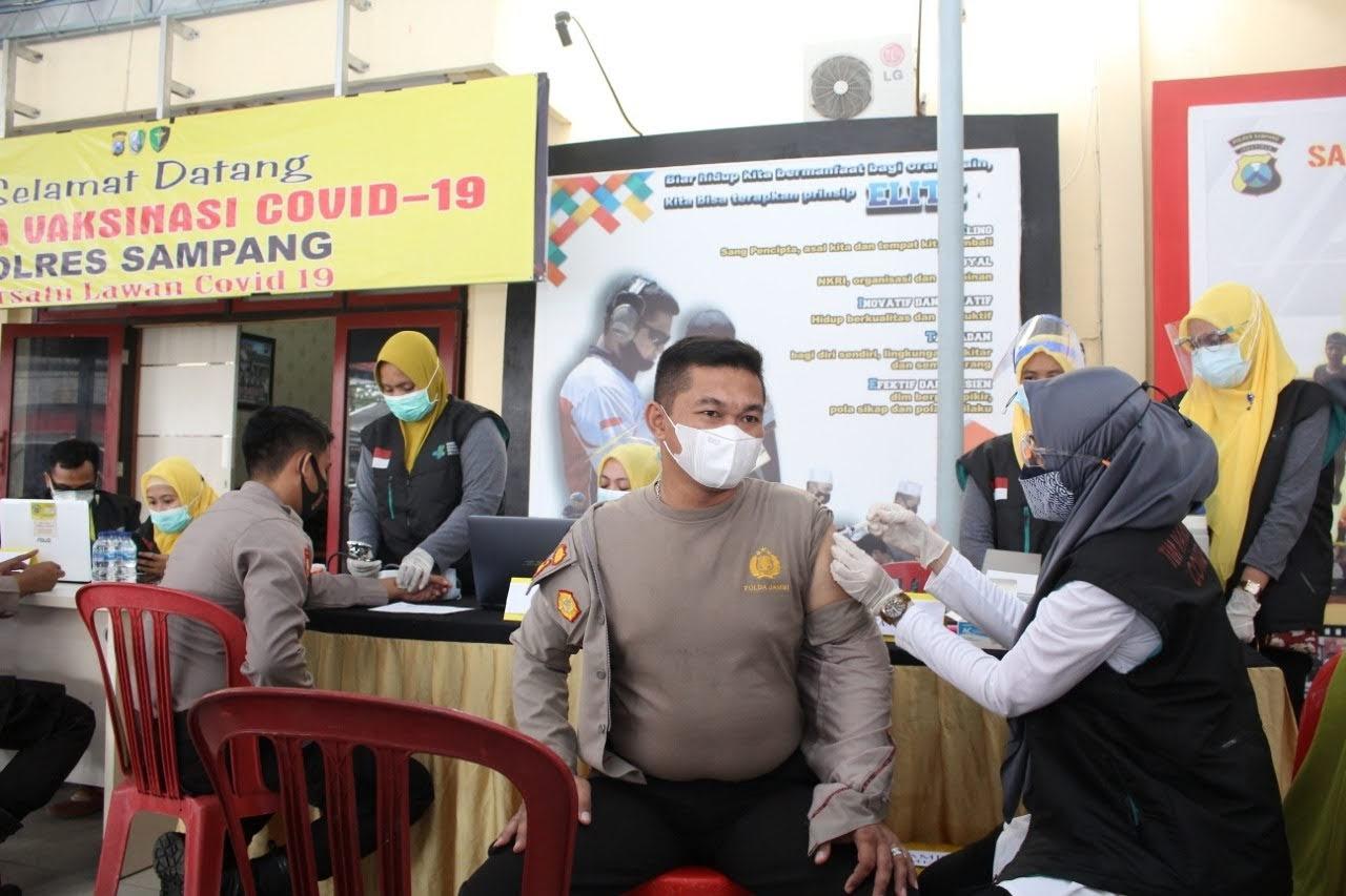 Serentak, 482 Anggota Polres Sampang Melaksanakan Vaksinasi Covid – 19