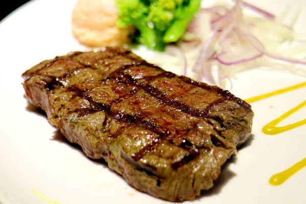 超越原味炭烤牛排~平價原塊炭烤牛排~內湖排隊美食