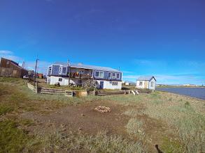 Photo: Toktuyaktuk. Maison de la famille inuit hôte du Rameur et de Charles Hedrich.