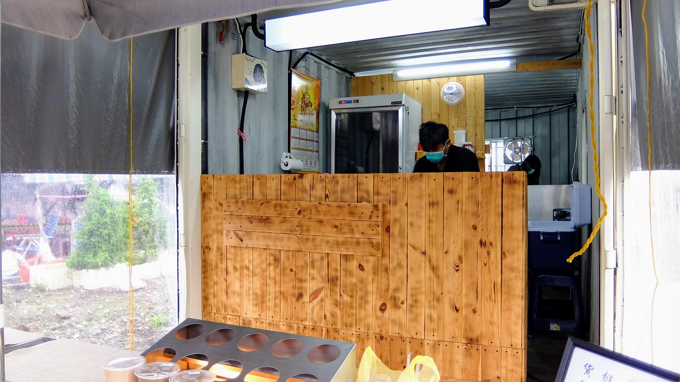 店面不大,就真的是一個小貨櫃,裡頭就在弄早餐囉!