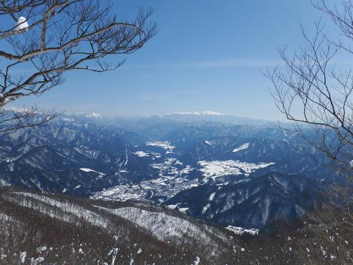 展望地から神岡市街地と奥に乗鞍岳