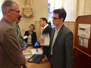 Photo: De droite à gauche, Paul FARNET et Alexandre CABRERA, the MOOC Agency, présentant leurs réalisations aux participants