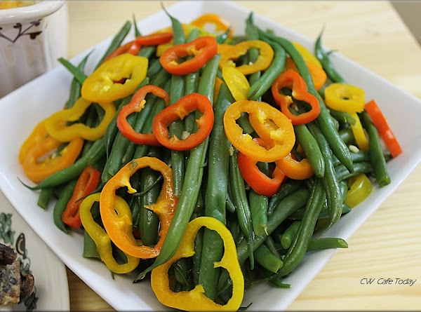 Place green beans and peppers in serving dish.