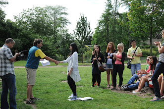 Photo: Je středa ráno 27. června 2012. Nacházíme se pod Eiffelovou věží, kde došlo na zhodnocení školního roku 2011/2012 a předání vysvědčení za tento školní rok. Hezké léto, Uyen.