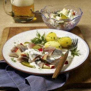 Matjesfilet mit Apfel-Gurken-Salat und Petersilienkartoffeln