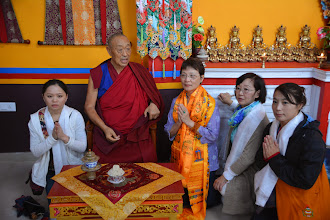 Photo: During the Grand Opening Ceremony of the Sowa Rigpa Medical Institute, His Holiness Menri Trizen Rinpoche posed with Yuan Yuan members.