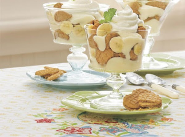 Spoon 1/2 chilled pudding mixture into 3qt trifle. Top w/ cookies and bananas. Spoon...