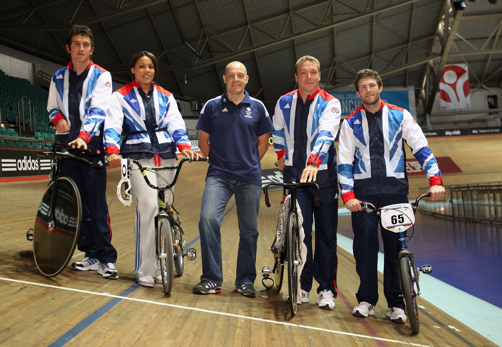Photo: Team GB athletes Geraint Thomas, Shanaze Reade, Team GB Cycling Team Leader Dave Brailsford, Sir Chris Hoy and Liam Phillips pose on the velodrome during the Team GB Cycling Athletes Announcement (Photo by Bryn Lennon/Getty Images)