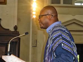Photo: Fredrick bei der Predigt