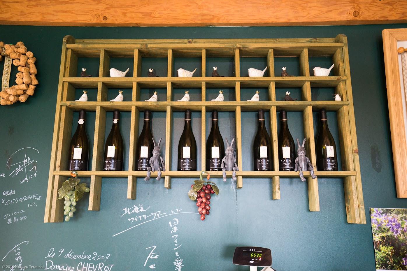 可愛くアレンジされたワイン棚