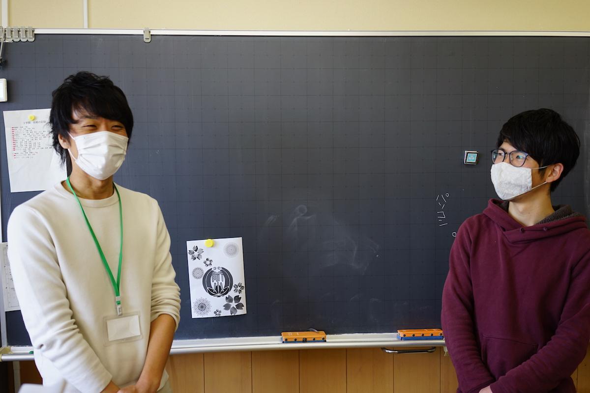 ゲストティーチャーのtanQ社・森本佑紀さん(左)を紹介する蓑手先生。