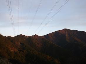 鉄塔から矢坪ヶ岳(右)を望む