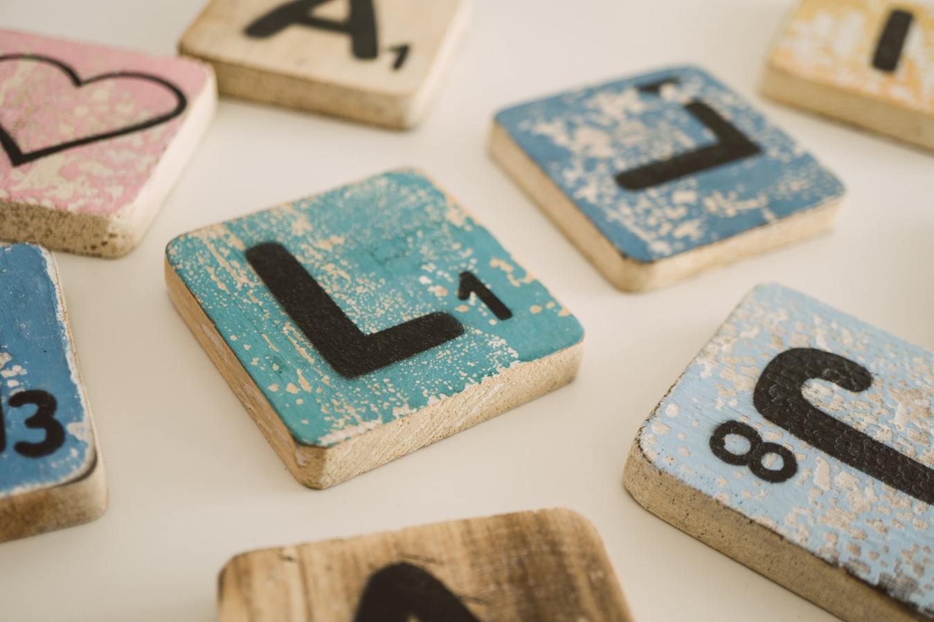 Drewniane bloczki z literami Scrabble