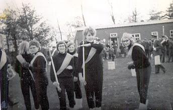 Photo: v.l.n.r. op het oude voetbalveld Annie Staats, Anca Daems, Aly Nijhof, Hennie Hilberts, Hillie Speelman en Jantje Sloots