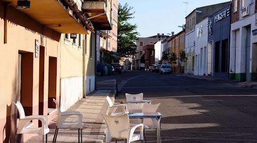 Vista de una terraza vacía en una calle de Íscar en Valladolid.