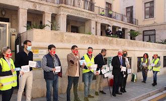 En imágenes: caravana de vehículos y protesta de los hosteleros