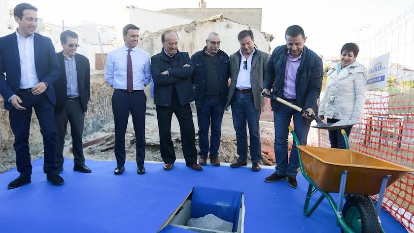 Colocación de la primera piedra del museo por parte del alcalde y el presidente de Diputación.