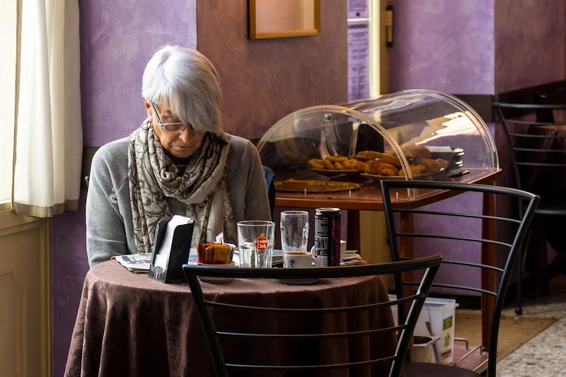 Seduta in un caffè di Concetta Caracciolo