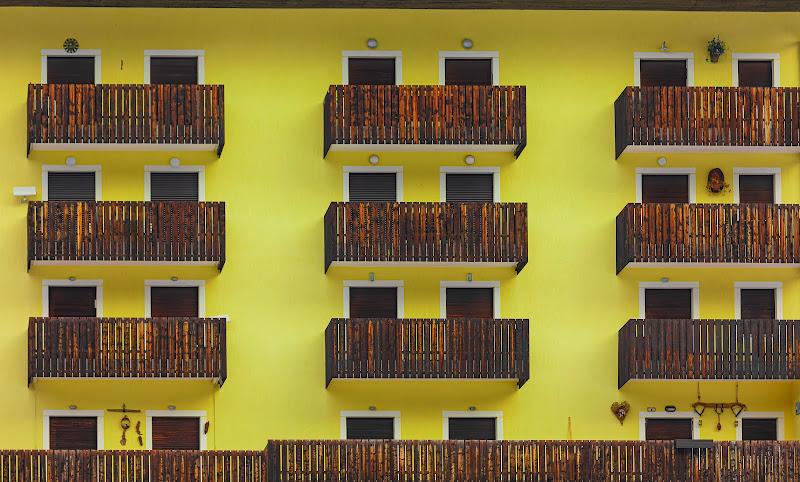yellow building di pierce