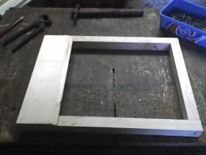 Photo: Do rama przybijamy środkową scianę wnetrza ila ;; jest to boazeria 10mm gr litwa mam wymiar 29cm